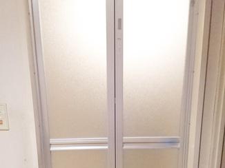 小工事 サイズもピッタリに微調節!既存のデザインに合わせた浴室ドア