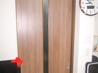 内装リフォーム 費用を抑えつつ違和感なく修繕したリビングのドア