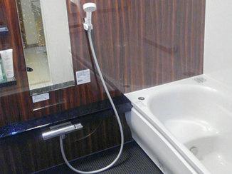 バスルームリフォーム 段差をなくし寒さ対策をした、落ち着いた雰囲気のバスルーム
