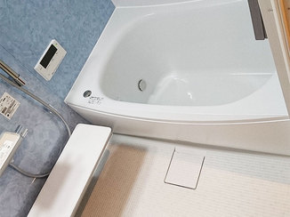 バスルームリフォーム やわらかい床が嬉しい、サイズアップしたお風呂