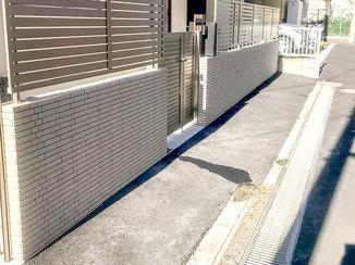 エクステリアリフォーム フェンスとマッチするモデルハウスのような塀