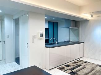 マンションリフォーム 無彩色と青でまとめホテルのような空間へ一新