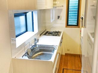 キッチンリフォーム 出窓にパネルを貼り、清掃性が上がったキッチン