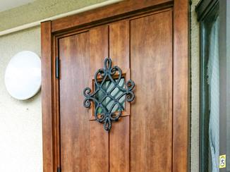 エクステリアリフォーム 開く方向を変え、お客様を出迎えやすくなった玄関ドア